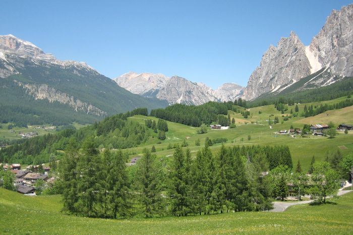 Hinking without luggage in the Dolomites
