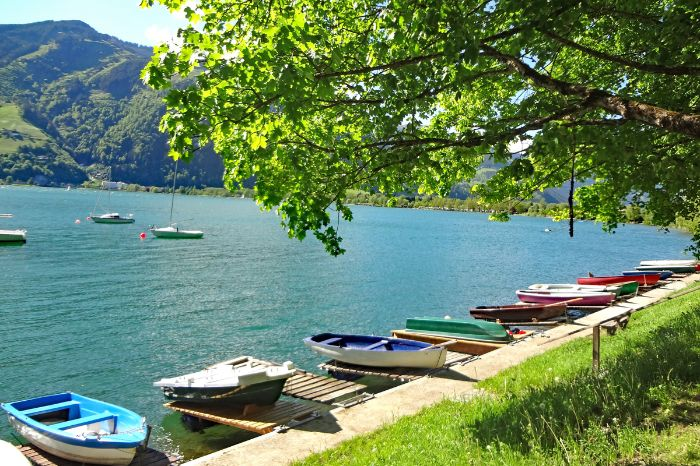 Relaxed hiking at lake Zellersee