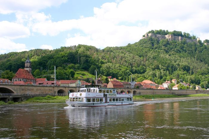 Idyllic shipping at the Elbe