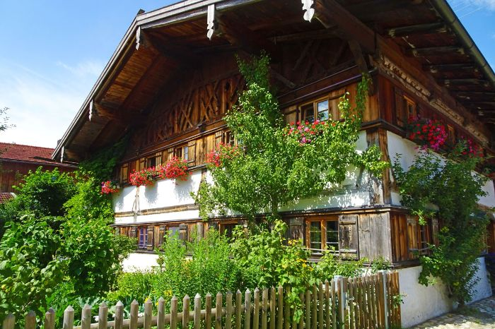 Pastoral farmhouse along your hiking trip from Munich to Garmisch
