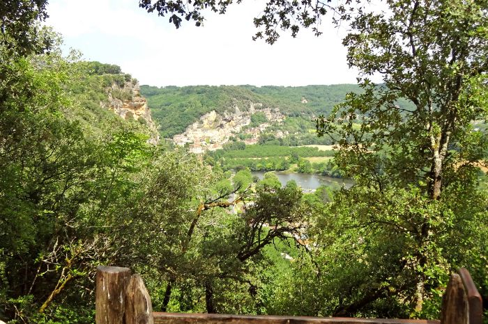 Hiking along the river Vezere