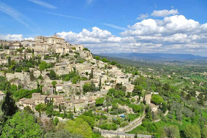 Scenic hiking views to the village of Gordes with its castle