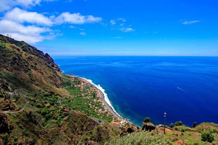 Panoramic hiking with views to the coast of Madeira
